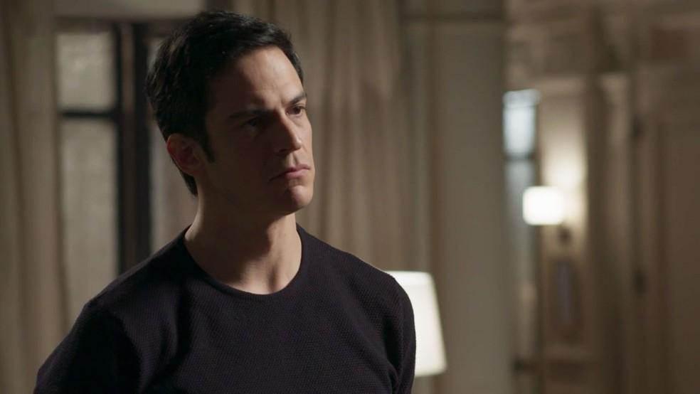 Eric sente a tensão da namorada... (Foto: TV Globo)