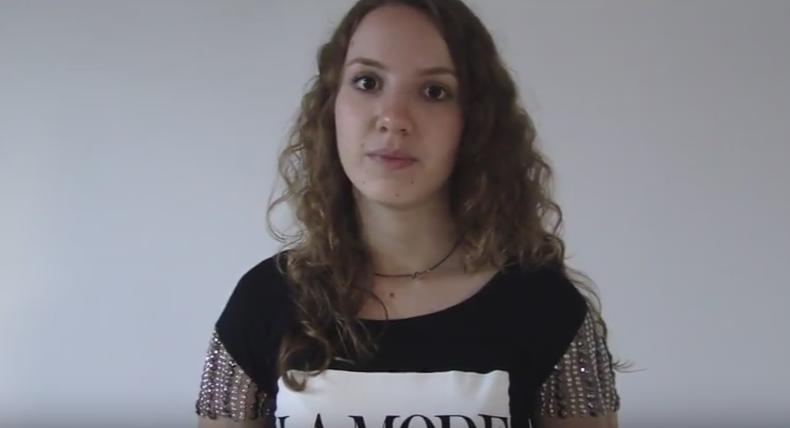 Gabriela em seu vídeo (Foto: Reprodução/Youtube)