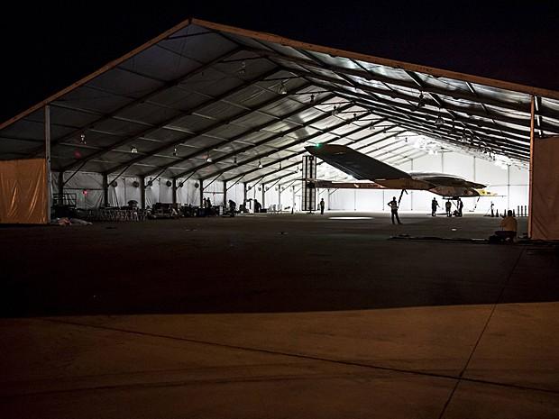 Avião movido a energia solar é retirado de hangar em direção à pista antes da decolagem (Foto: Solar Impulse/Revillard/Rezo.ch/Reuters)
