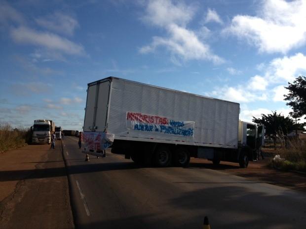 Desde às 7h desta terça-feira, 2, caminhoneiros em protesto bloquearam a BR-364, em Rondônia, próxima a entrada do município de Vilhena. Os profissionais reclamam das restrições de circulação nas cidades e também querem a redução do preço do óleo diesel. A Polícia Rodoviária Federal está no local. (Foto: Jonatas Boni/G1)