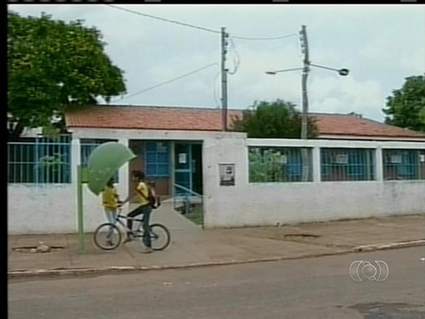 Porta da escola onde adolescente foi agredido por policiais (Foto: Reprodução/TV Anhanguera)