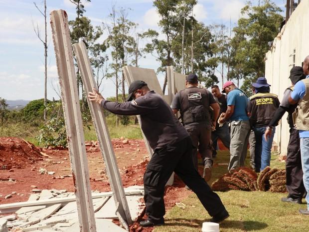 Fiscais destroem muro que cercava construções de condomínio irregular  no DF (Foto: Divulgação/Flávio Barbosa Seops)