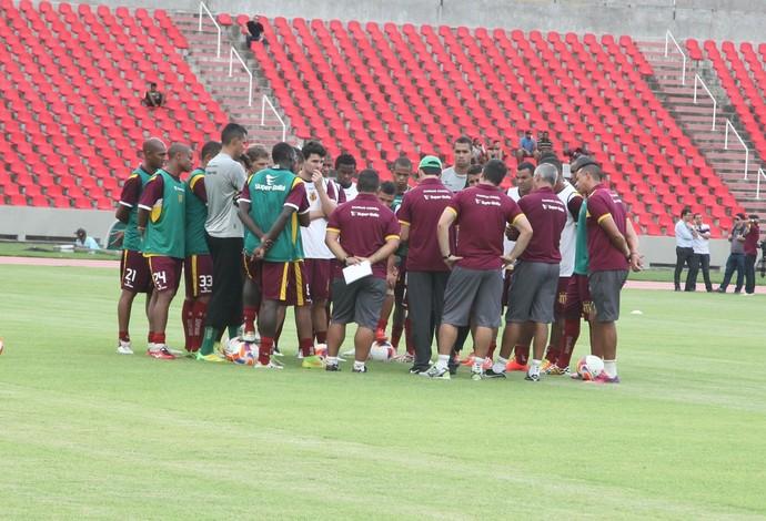 Léo Condé, novo treinador do Sampaio, conversa com jogadores do tricolor (Foto: De Jesus/ Jornal O Estado)