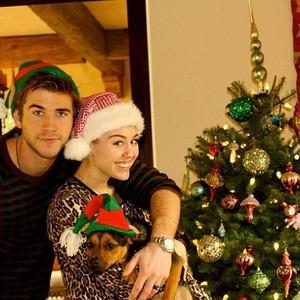 Miley Cyrus com o namorado, Liam Hemsworth (Foto: Instagram)