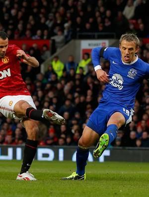 Ryan Giggs do Manchester United e Phil Neville do Everton (Foto: Reuters)