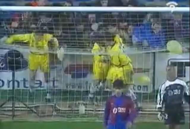 Palermo comemora seu gol com a torcida, mureta cai e ele quebra a perna (Foto: Reprodução/Internet)
