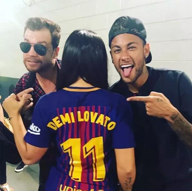 O brasileiro deu uma camisa personalizada para a cantora americana (Foto: Reproduo/Instagram)