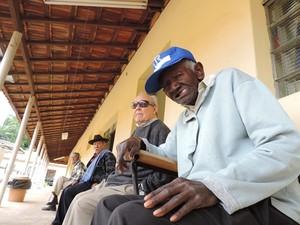 Idoso de 126 anos gosta de ficar sentado na varanda da entidade (Foto: Alan Schneider/G1)