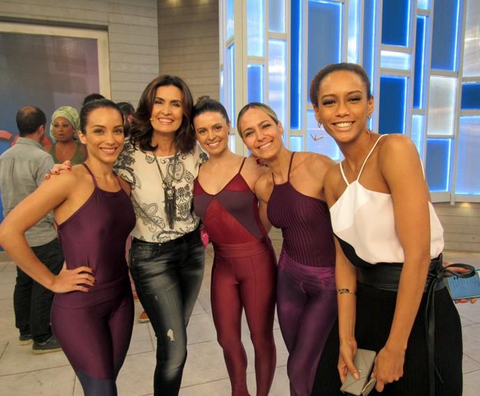 Fátima ao lado das professoras de balé fitness e da atriz Taís Araújo (Foto: Carolina Morgado/Gshow)