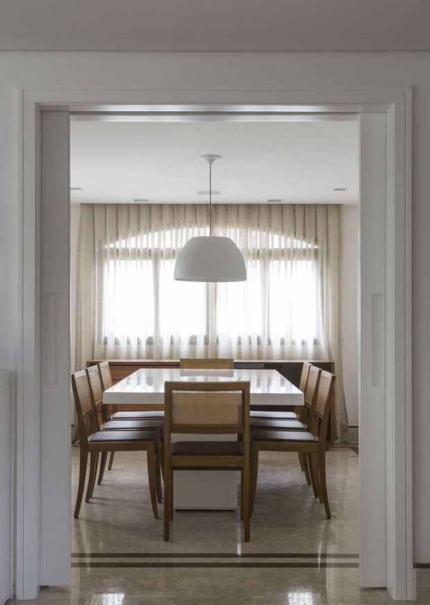 Apartamento sofisticado repleto de mármore e estampas florais (Foto: Divulgação)