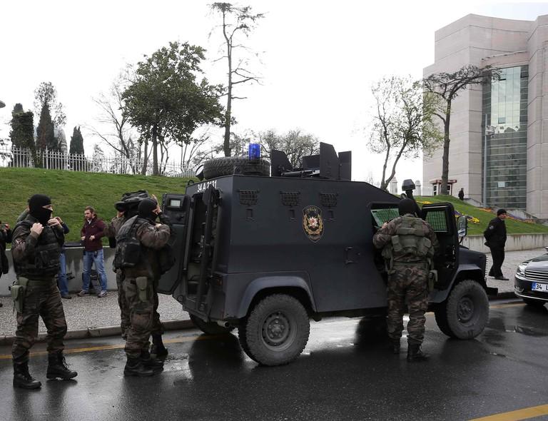 Forças especiais de segurança estão do lado de fora de um tribunal em Istambul onde um promotor é mantido refém por militantes de esquerda. O local foi evacuado e ainda não se sabe como o grupo fez a invasão
