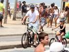 Marcelo Serrado aproveita dia de sol  e passeia de bicicleta com a filha