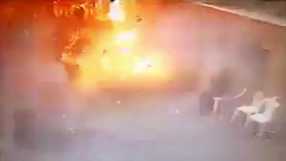 Vídeo disponibilizado pelo Ministério do Interior do Egito mostra terrorista suicida explodindo bomba em igreja de Alexandria (Foto: Egyptian Interior Ministry via AP)