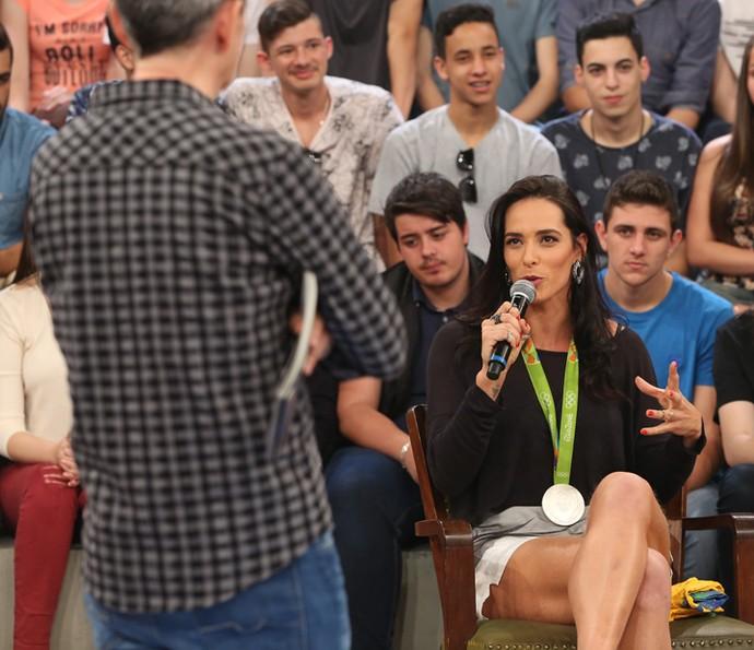Serginho Groisman entrevista Agatha no Altas Horas (Foto: Carol Caminha/Gshow)