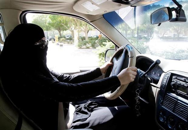 Mulher sentada ao volante de um carro em Riade (Arábia Saudita) (Foto: EFE/STR)