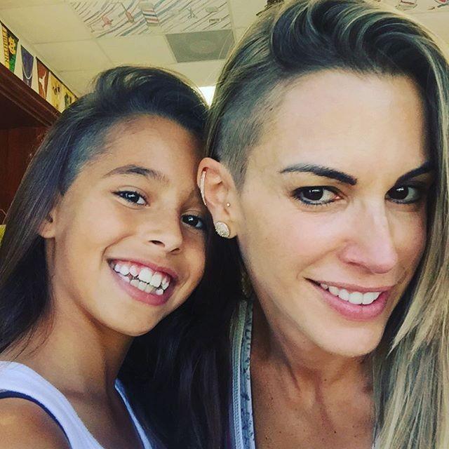 O corte de cabelo raspado de mãe e filha (Foto: Reprodução/ Instagram)