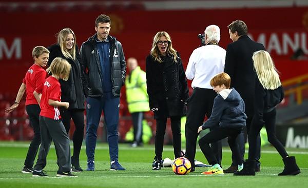 A atriz Julia Roberts com seus filhos no campo depois da partida da Premier League entre Manchester United e West Ham United em Old Trafford em 27 de novembro de 2016 em Manchester, Inglaterra. (Foto: Getty Images)