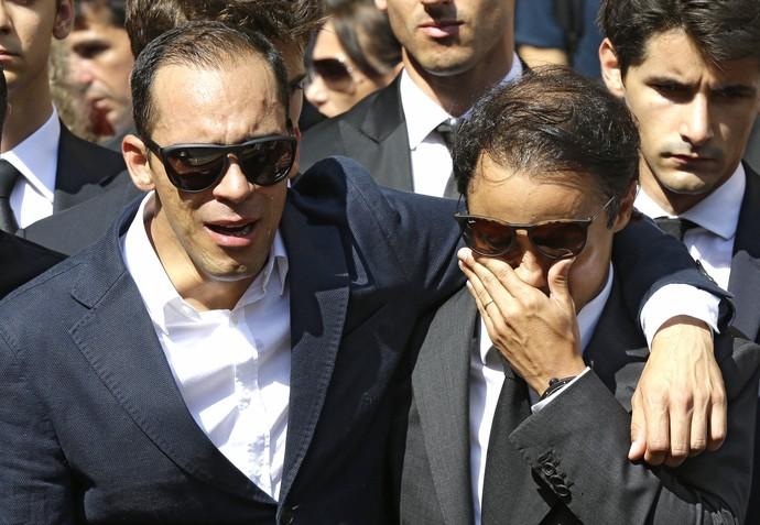 Pastor Maldonado e Felipe Massa choram em funeral de Jules Bianchi (Foto: AP)