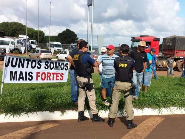 Em Cascavel, no oeste do Paraná, manifestantes estão concentrados próximo ao Trevo Cataratas, na BR-277; policiais rodoviários federais acompanham a movimentação (Foto: PRF / Divulgação)