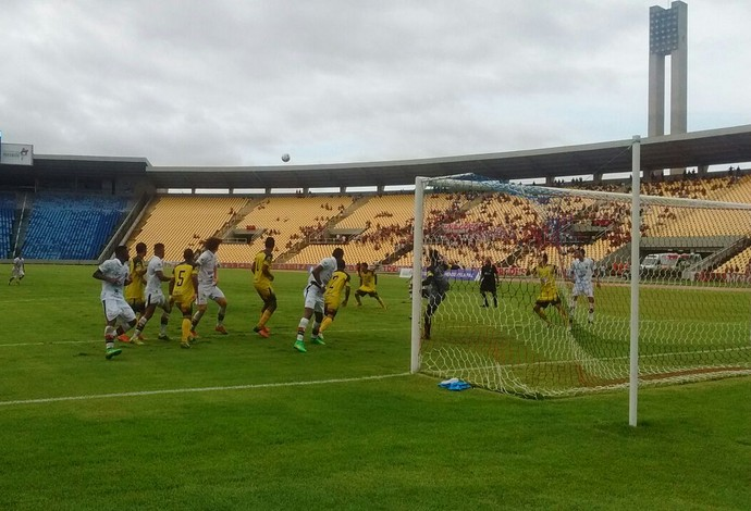 Moto Club e Cordino fizeram duelo, na tarde deste sábado, n volta do Estádio Castelão (Foto: João Ricardo / GloboEsporte.com)