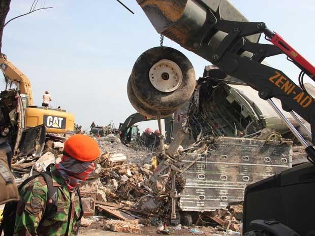 Militares usam máquinas pesadas para remover destroços (Foto: Dedy Zulkifli / AP Photo)