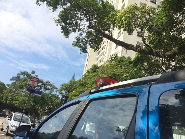 Policiais se posicionavam perto do prédio no Flamengo nesta terça (Foto: Gabriel Barreira/G1)