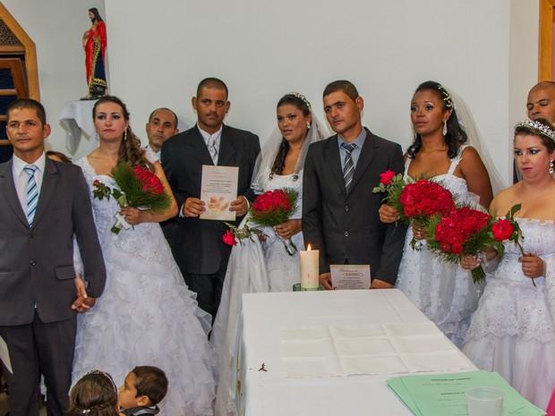 Irmãos e noivas fizeram casamento coletivo em Torres, RS (Foto: Reprodução/RBS TV)