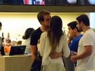 Olin Batista enche a namorada de beijos em programa romântico