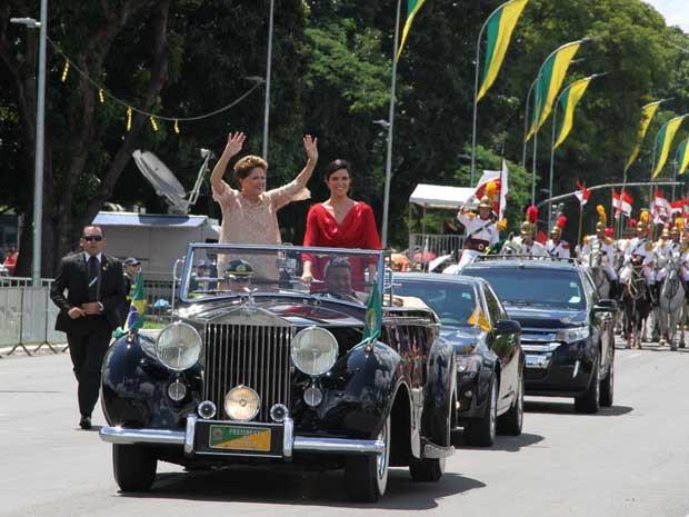 Dilma cruza a Esplanada em Rolls Royce acompanhada filha (Foto: Vianney Bentes / TV Globo)