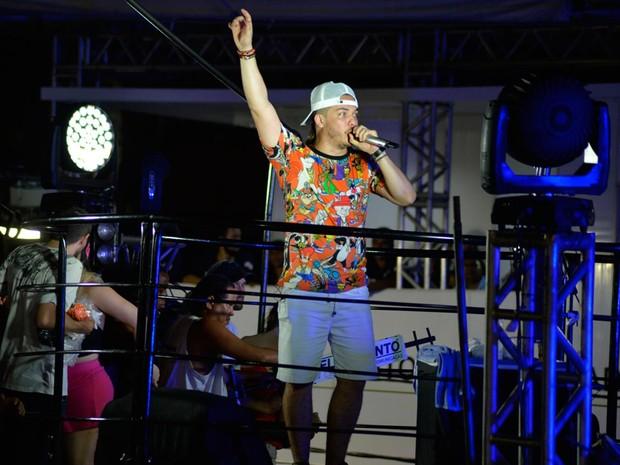 Com estilo despojado e blusa de desenho animado, Safadão agita fãs no carnaval de Salvador (Foto: Elias Dantas/ Ag. Haack)