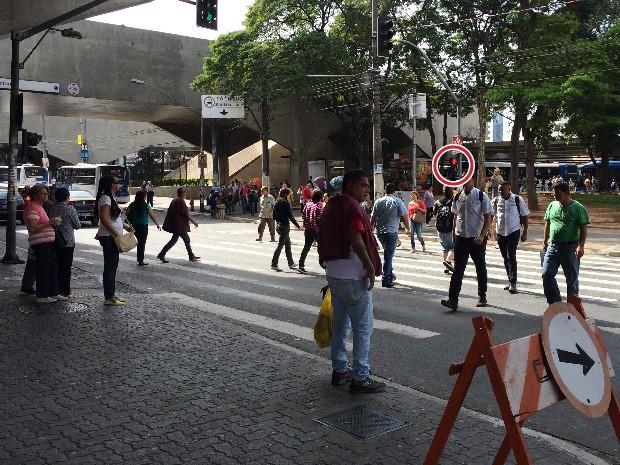 Avenida Cruzeiro do Sul tem alto fluxo de veículos e pedestres em frente a estação Santana do Metrô. Há trechos da via em que sinais de pedestres demoram a abrir e quem está a pé muitas vezes não espera (Foto: Vivian Reis/G1)