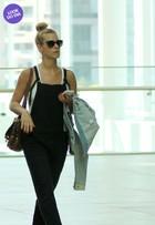 Look do dia: Carolina Dieckmann usa macacão para passear em shopping