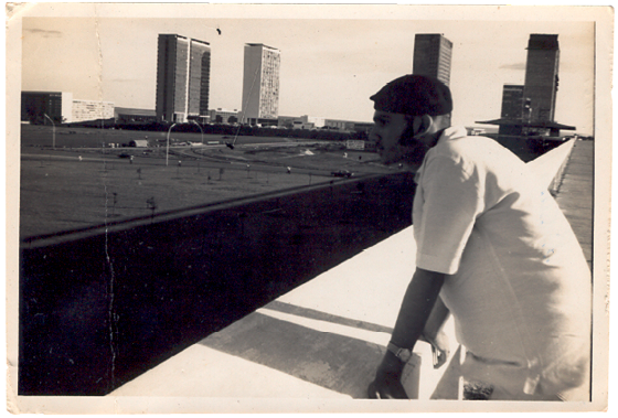 FAROESTE MANAUARA Milton Hatoum aos 15 anos, em março de 1968, recém- chegado a Brasília. Com dois amigos e a bênção  dos pais, ele se mandou de Manaus e foi para a capital (Foto: Arquivo CB/DAPress)