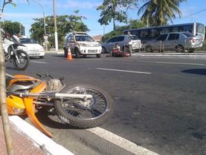 Moto e ciclomotor se envolveram em acidente com outro veículo, em cruzamento da Avenida Beira-Mar, em Vitória. (Foto: Mariana Perim/G1 ES)