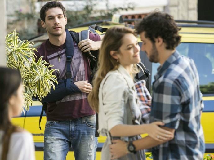 Júlia esá com o coração dividido entre Pedro e Felipe (Foto: Raphael Dias/Gshow)
