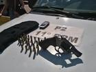 PM apreende revólver e munições e leva 1 para a DP em Friburgo, RJ