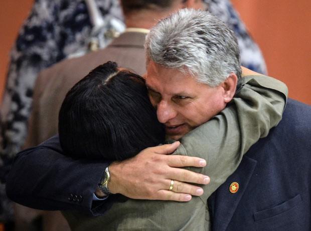 O novo vice-presidente de Cuba, Miguel Díaz-Canel, é cumprimentado após sua nomeação neste domingo (24) em Havana (Foto: AFP)
