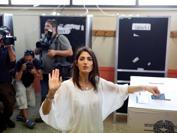 Virginia Raggi vota neste domingo (19) nas eleições municipais de Roma (Foto: REUTERS/Remo Casilli)