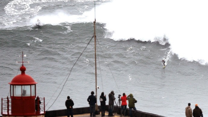 Carlos Burle surfe ondas gigantes em Portugal (Foto: AFP)