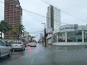 Avenida Antônio de Góes, no Pina, também acumulou bastante água (Foto: Katherine Coutinho/G1)