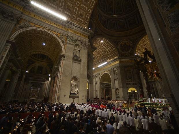 Na Basílica de São Pedro, fiéis seguram velas durante a Vigília Pascal (Foto: Filippo Monteforte/AFP)