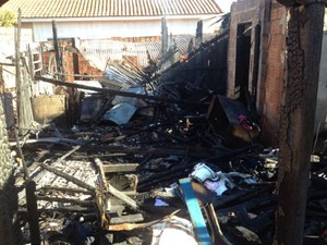 Casa do suspeito foi incendiada por moradores (Foto: Rodrigo Grando/ TV Morena)