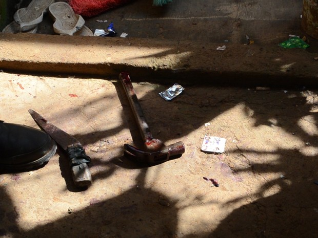 Faca e martelo foram encontrados perto do corpo da vítima (Foto: José Manoel/ Rede Amazônica)