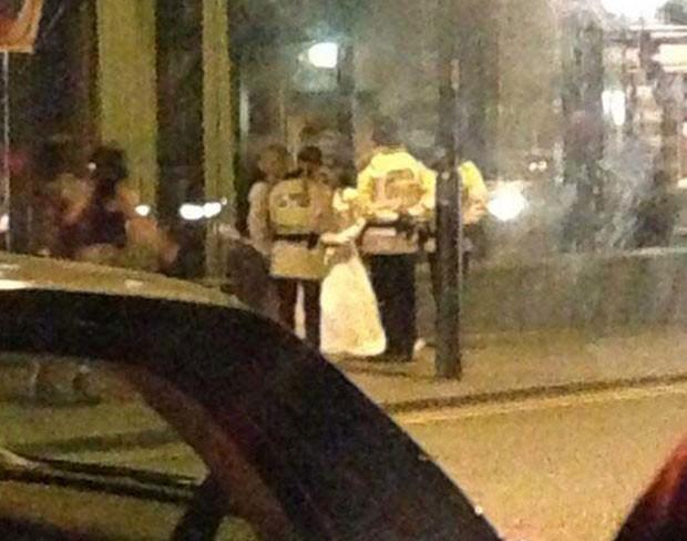 AInda de terno e vestido de noiva, recé-casados foram presos após confusão em hotel em Manchester, na Inglaterra (Foto: Reprodução/Twitter/Drellipops)
