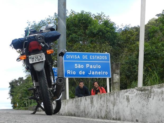 Cearense registra em livro aventura de 11 mil km sobre moto 125 cilindradas