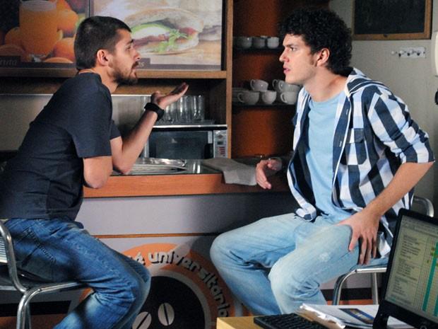Gabriel quer saber a verdade, mas Tomás inventa história e debocha (Foto: Malhação / Tv Globo)