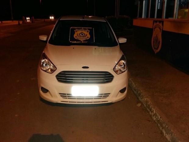 No posto da PRF, policiais constaram que carro era roubado (Foto: PRF/ Divulgação)