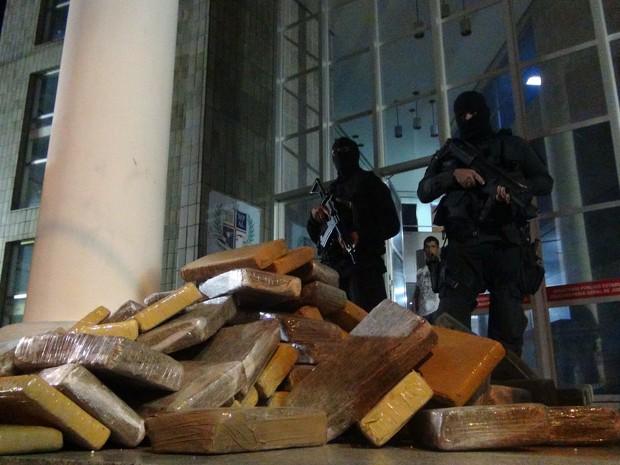 Droga apreendida foi levada para a sede do Ministério Público de Alagoas, em Maceió (Foto: Waldson Costa/G1)