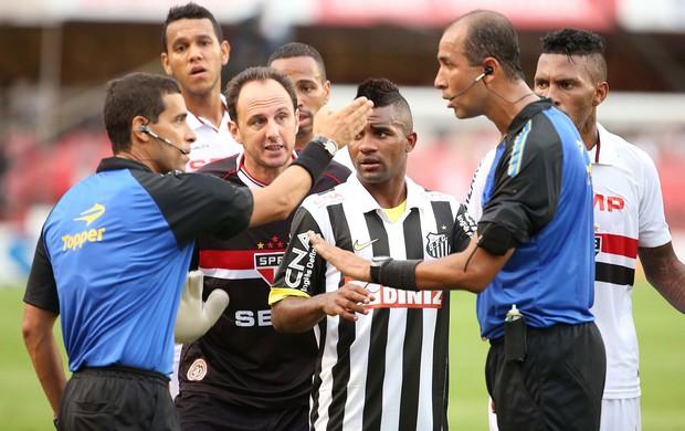 Reclamação São Paulo x Santos (Foto: Marcos Ribolli / Globoesporte.com)