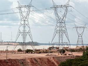 Torres com linhas de transmissão de energia começam a ser instaladas (Foto: Taísa Arruda/G1)
